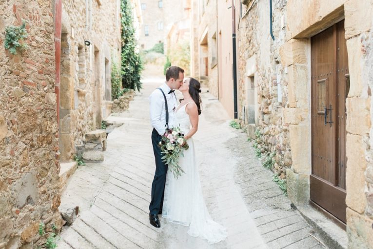 Stylish wedding set in the beauty of the Emporda