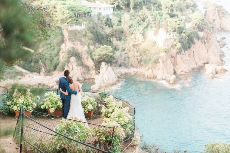 Dreamy wedding with a scenic seaview (and hidrangeas everywhere!)